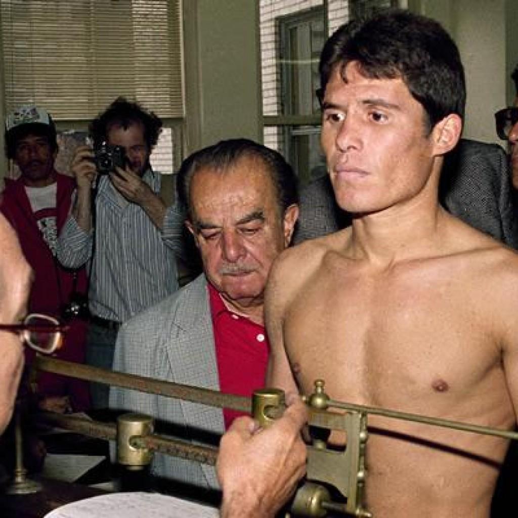 Julio Cesar Chavez à la pesée avant sa victoire devant Mario Martinez pour le titre des WBC des Super Plumes le 13 septembre 1984