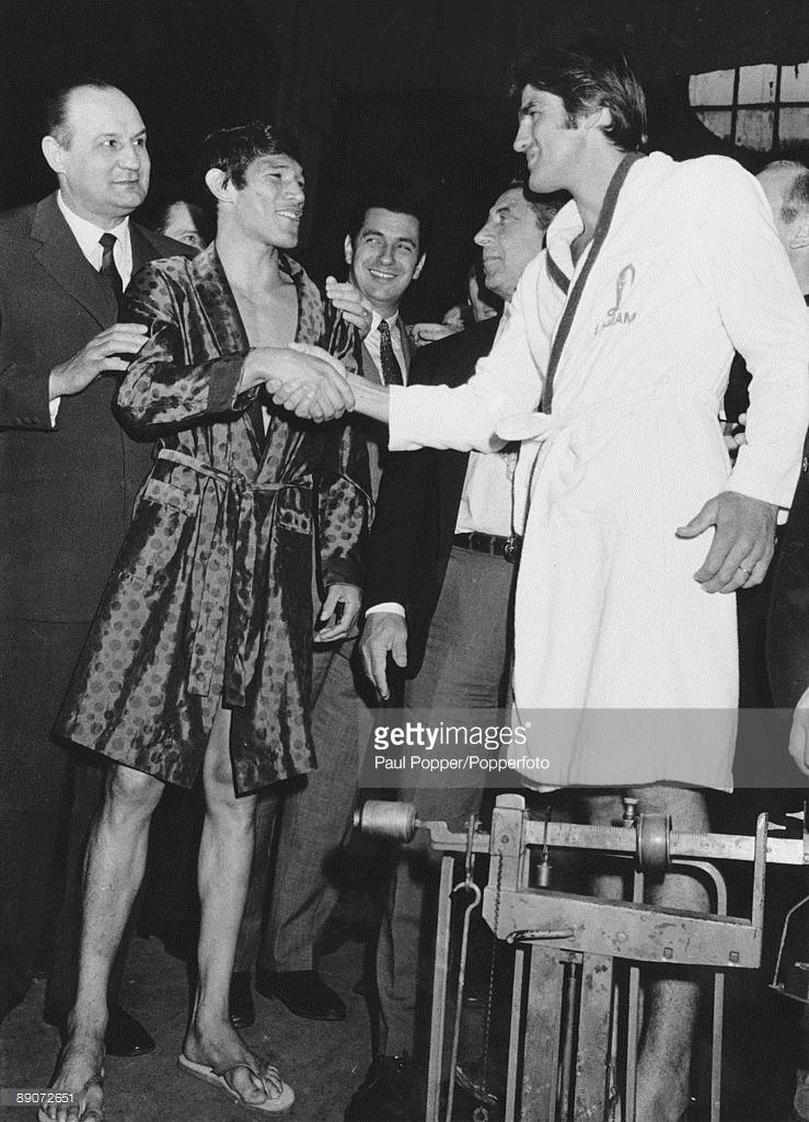 Sourire de fourbe entre Monzon et Benvenuti lors de la pesée du 11 novembre 1970 à Rome, titre WBC/WBA en jeu