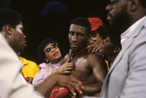 Tommy consolé par sa maman après sa défaite contre Ray Leonard - 16 sept 1981 - Caesar's Palace - John.Iacono