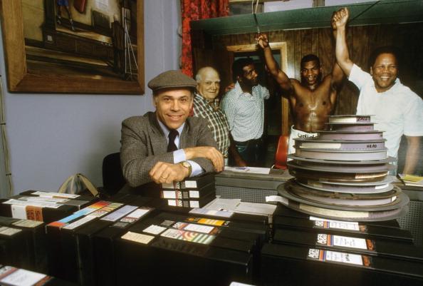 Jim Jacobs dans son bureau au milieu de ses films de boxe - Manny Millan/SI/Getty Images