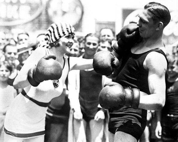 Harry Greb boxe avec sa fiancée Naomi Braden avant son combat contre Mickey Walker (1925)