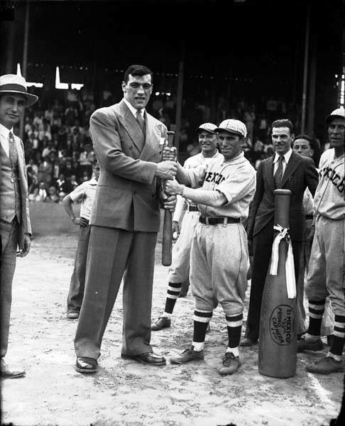 Le challenger des lourds à un match de base-ball mexicain en 1930