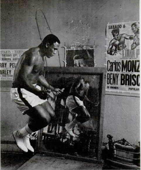 Joe Frazier prépare son combat contre Chuvalo en sautant à la corde