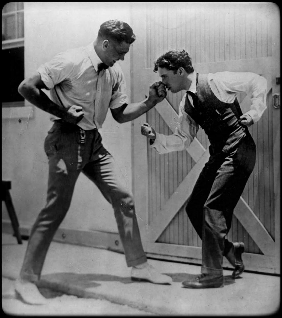 Le champion du monde des lourds, Jack Dempsey, en compagnie de Charlie Chaplin (1919)
