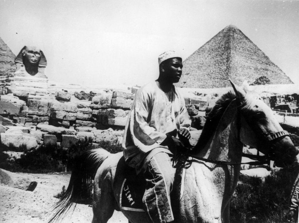 Ali à cheval devant le sphinx et les pyramides de Guizeh (1964)