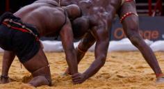 Seuls sur le sable [crochet par la lutte sénégalaise]